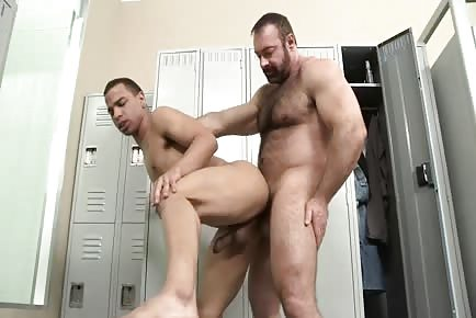 Hairy bear Brad Kalvo pumps smooth dude's ass in locker room