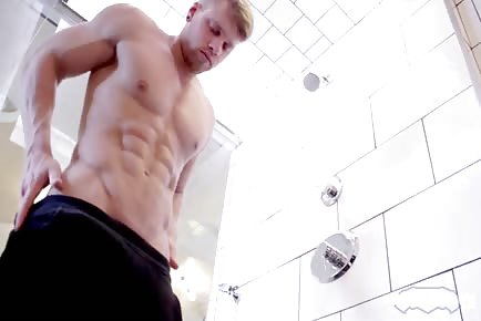 Str8 muscle guy jerking off solo in shower