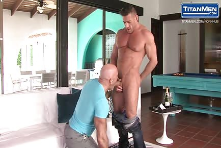 Beefy Muscle Daddies Kissing And Cumming Loud!