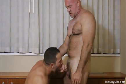 Hung mature daddy tops younger beefy male