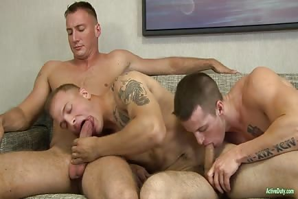 Muscular Active Soldiers Bareback Pounding In Threeway