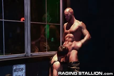 Muscle daddy bar hookup with younger hunk
