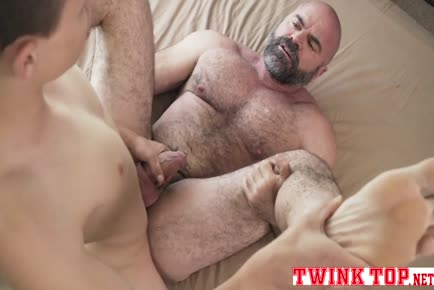 Twink top Austin Young pounds hairy bear bareback